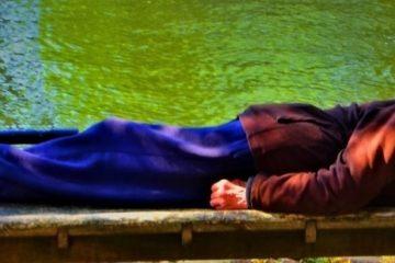 Slapende man op bankje